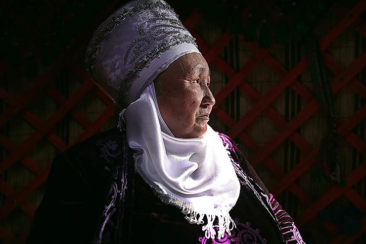 Femme kirghize dans sa yourte durant les célébrations de Norouz, Kirghizistan