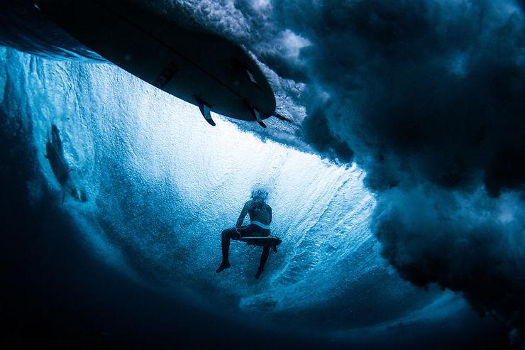 Surfeurs attendant la vague
