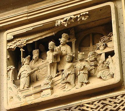 Haut-relief sur la porte d'une maison de notable