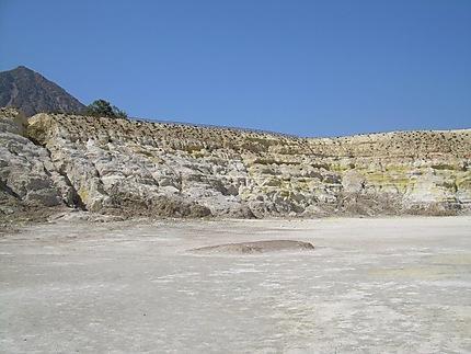 Les pieds dans le cratère, volcan Nisyros