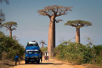 Taxi-brousse sur la route de Morondava