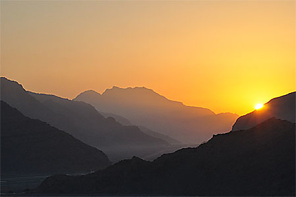 Lever de soleil dans les montagnes du Musandam