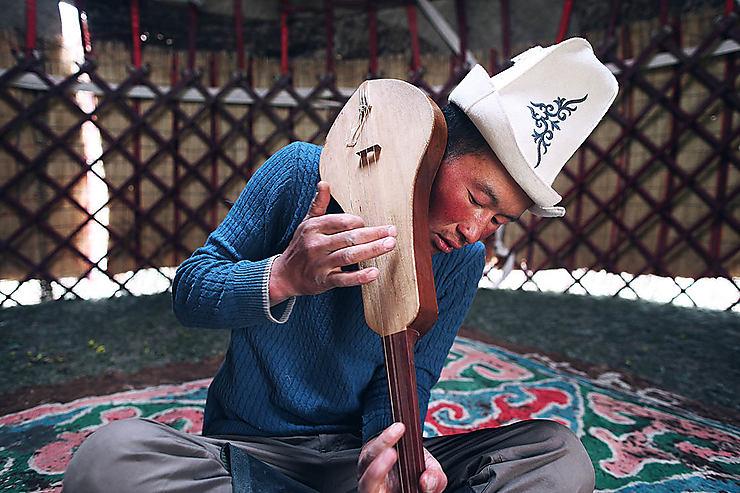 Kirghize jouant de la musique, Kirghizistan
