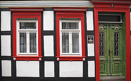 Fenètres et une porte d'une vieille maison