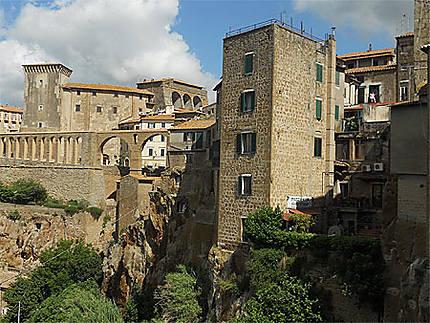 Les maisons de Pitigliano accrochées au rocher de tuf