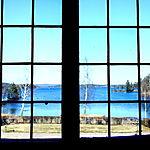 La maison de dieu de Sundborn veille sur le lac