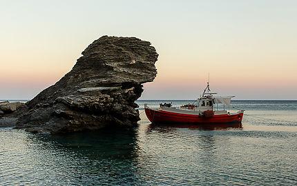 Bateau rouge sur l'Île d'Amorgos