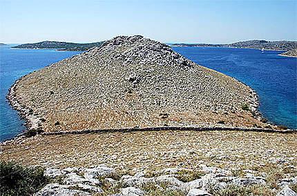 Des murets de pierre découpent certaines iles en tranches