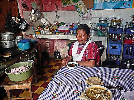 La cuisinière dans son resto près du mercado