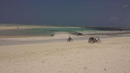 Vélo au bord du lagon une autre image de l'Afrique