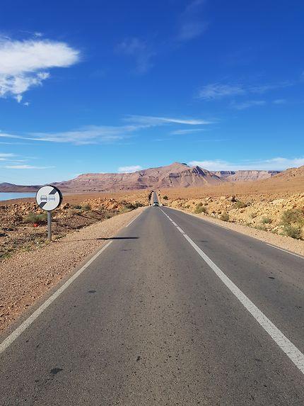 Route près du barrage Al-Hassan Addakhil