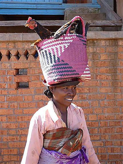Femme allant au marché