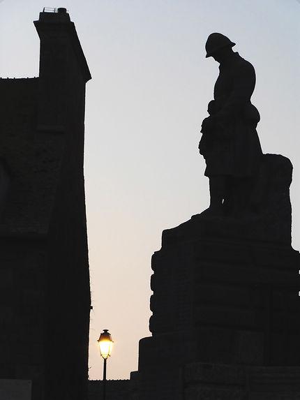 Monuments aux morts Barfleur au crépuscule