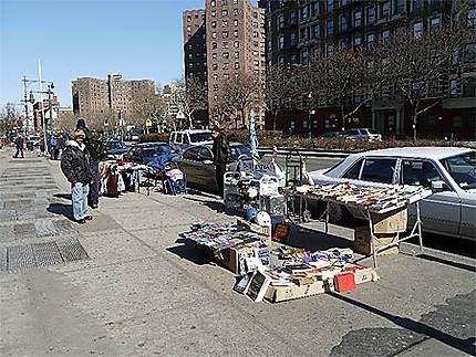 Commerce dans les rues un dimanche matin
