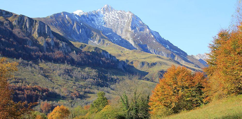 Dans les Hautes Pyrénées, teintes d'automne et blancheur hivernale