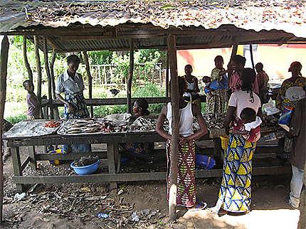 Petit marché du poisson de Ngabé
