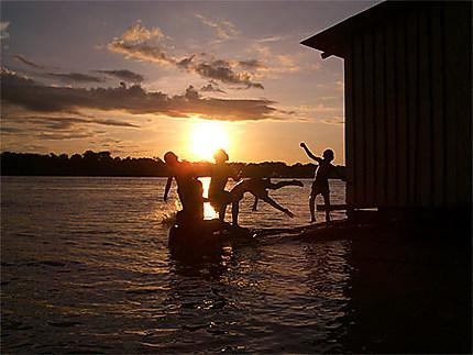Enfants jouant sur l'Amazone