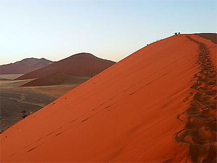 Randonneurs sur les dunes