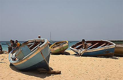 Barques de pêcheurs sur la plage