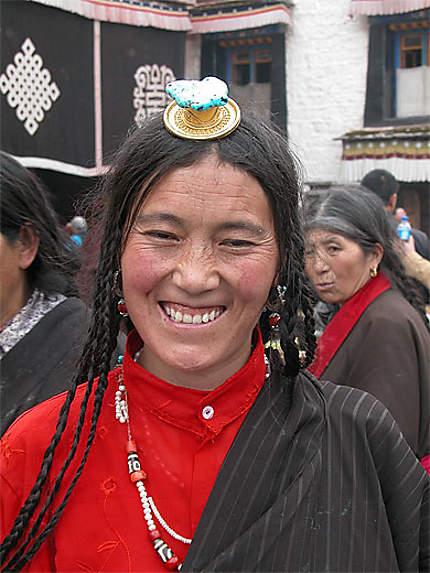 Tibétaine devant le Jokhang