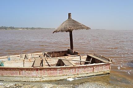 Pirogue de pêcheurs au bord du Lac Retba