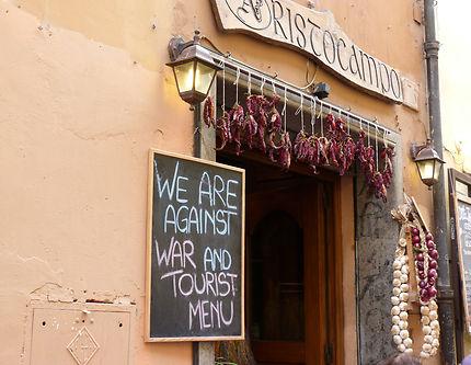 En cherchant en restaurant dans Rome