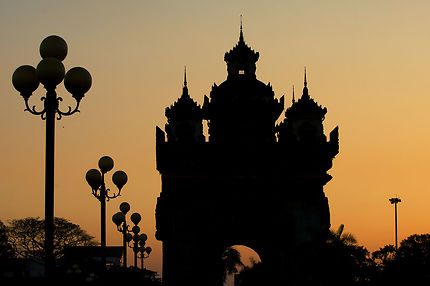 Coucher de soleil sur le Patuxai à Vientiane