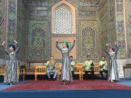 Danse folklorique traditionnelle à Samarcande
