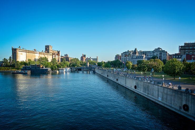 Les quais du Vieux-Port, entre gratte-ciels et fleuve Saint-Laurent