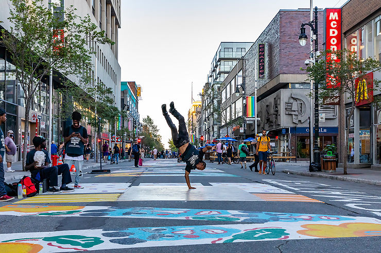 Remonter la rue Sainte-Catherine dans le centre-ville de Montréal
