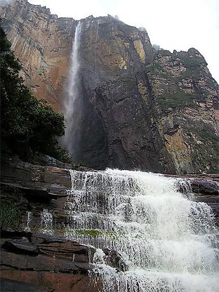 Le Salto Angel vu de sa base, et la cascade