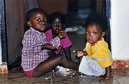Enfants partageant leur repas