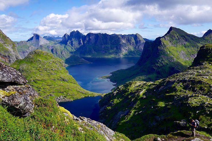 En route vers le plus haut sommet des îles Lofoten, Norvège
