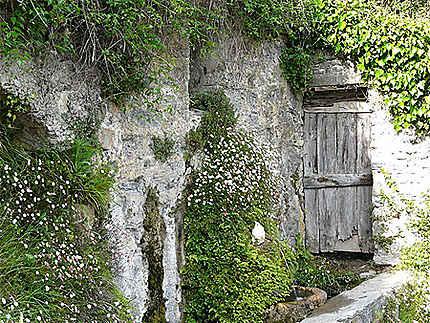 Fontaine et vieille porte