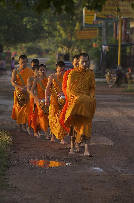 Obole des moines à Don Khong
