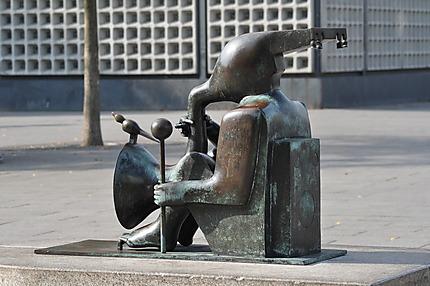 Statue devant l'Eglise du souvenir