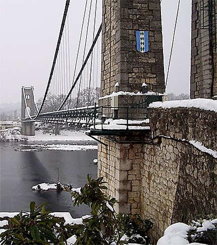 St-Martin, le pont suspendu sur l'Ardèche enneigé