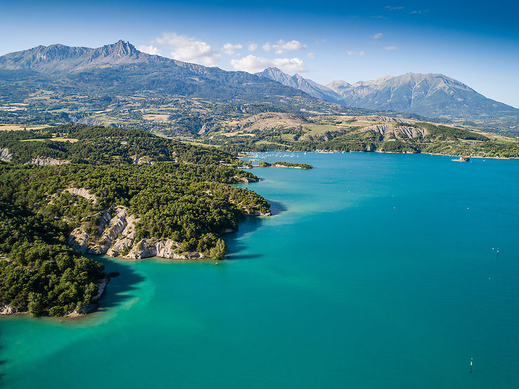 Alpes - Le lac de Serre-Ponçon, entre plages et randonnées