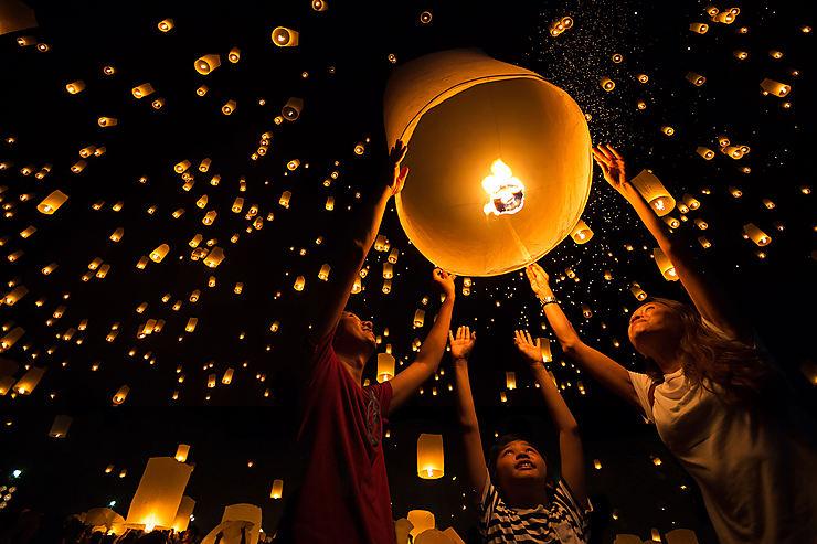 Loy Krathong illumine la Thaïlande