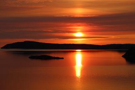 Levé de soleil sur le lac Baikal