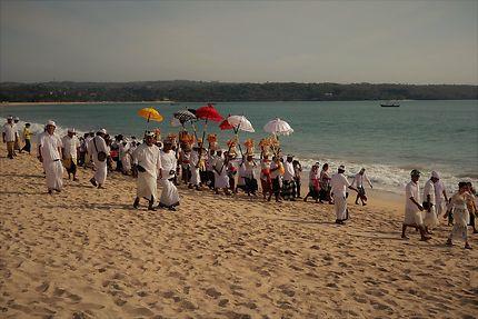 Cérémonie et procession sur la plage de Jimbaran