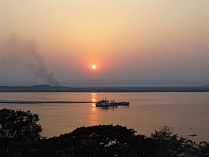 Coucher de soleil - fleuve Irrawaddy à Mandalay