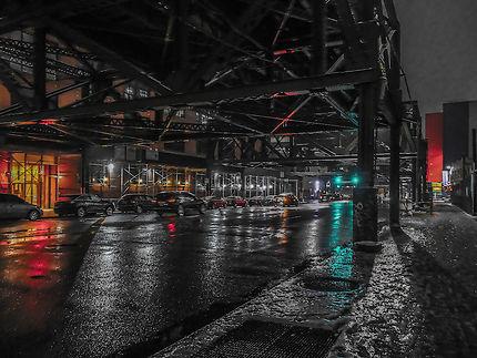 Sous les ponts dans le Queens, New York