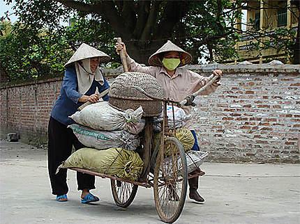 Paysanes revenant des rizières dans le village de Bo Duong
