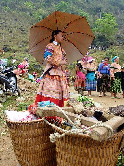 Jeune fille Hmong Fleurie au marché local