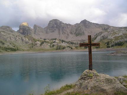 La croix du lac d'Allos