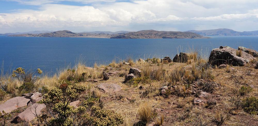 Pérou. Sur les rives du lac Titicaca. Passage de frontière mouvementé