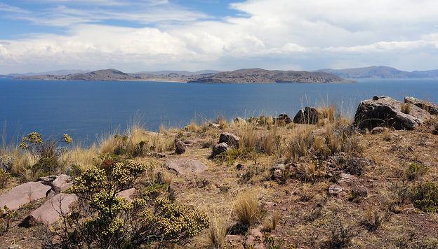 Pérou. Sur les rives du lac Titicaca. Passage de frontière mouvementé surlaroutedenosvoyages