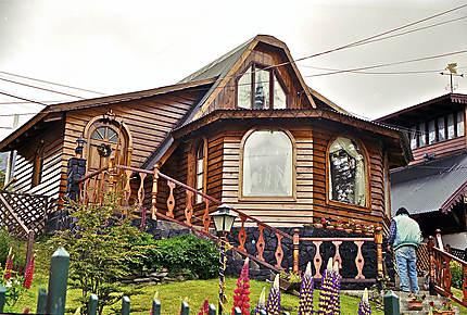 Maison en bois posée sur cale