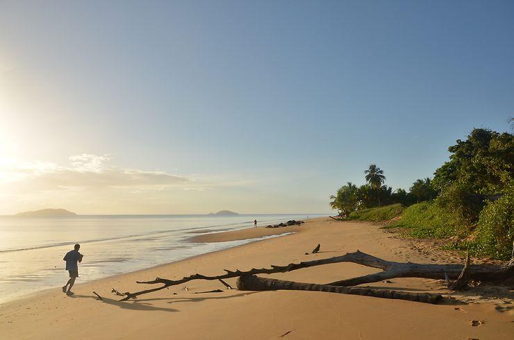 Lever de soleil sur la plage des Salines, Guyane